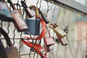 bridge-iron-locks-1571-830x550